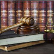 Rechtsprechung mit Gesetzbuch und Hammer