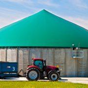 Ein Traktor vor einer Biogasanlage